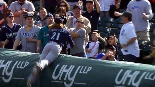 Defesa da vitória! Jogador dos Mariners voa na torcida, agarra a bola e dá a vitória ao time de Seattle