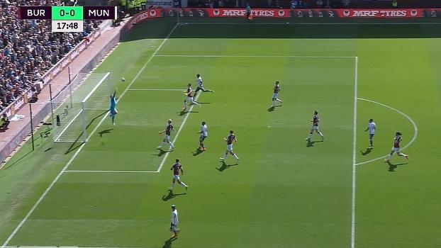 Em contra-ataque do United, Rooney manda bola para área e quase encobre Heaton