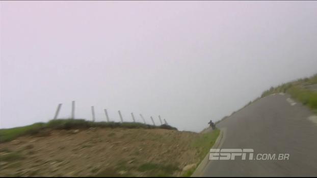 Embalado na descida, ciclista erra a curva e leva capote no Tour de France