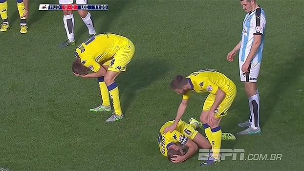 'Sem querer', jogadores do Leeds United se chocam, batem a cabeça, e jogo fica parado