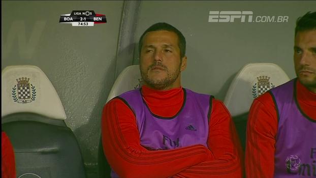 Com Júlio César no banco, goleiro do Benfica sofre frangaço em cobrança de falta e o time perde; veja a falha