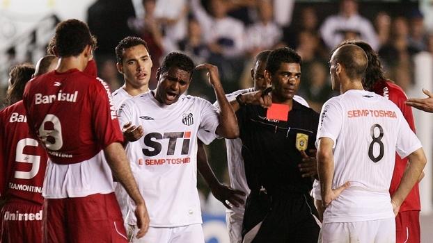 Alecsandro fez três, Kléber Pereira anotou dois e jogo tenso de Santos e Inter terminou 3 a 3 em 2009