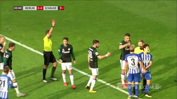 Hertha Berlim tem jogador expulso e perde em casa para o Schalke por 2 a 0