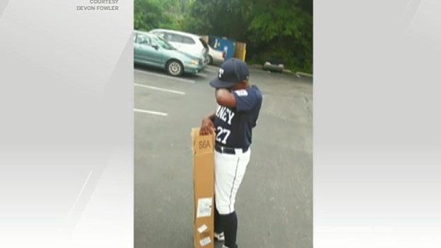 Esquecer do aniversário? Pai surpreende criança com taco de beisebol e filho vai às lagrimas