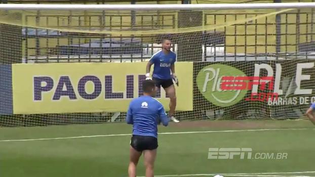 Atacante do Boca e da seleção argentina, Benedetto se arrisca no gol em treino e faz bonito