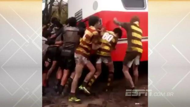 Equipes juniores de Rugby se unem em um 'scrum' inusitado: para 'desatolar' uma van