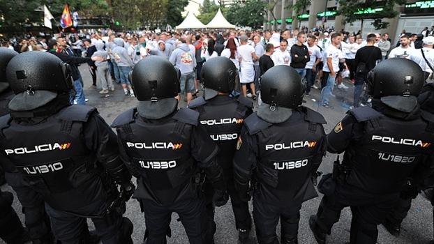 Torcedores do Legia Varsóvia partem para cima da polícia em Madri; veja imagens