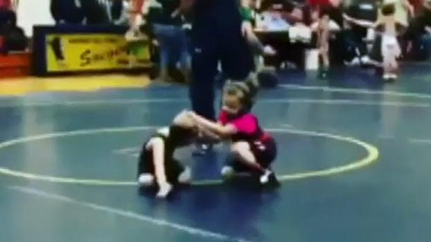 Garotinho mostra qual é a melhor maneira de enfrentar um adversário mais alto e forte que você
