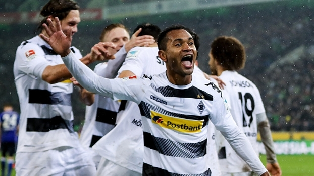 Com gol brasileiro, M'Gladbach bate Schalke e segue na briga por Europa League