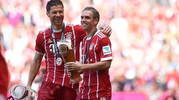Se despedindo do Bayern, Xabi brinda copão de cerveja com Lahm durante festa