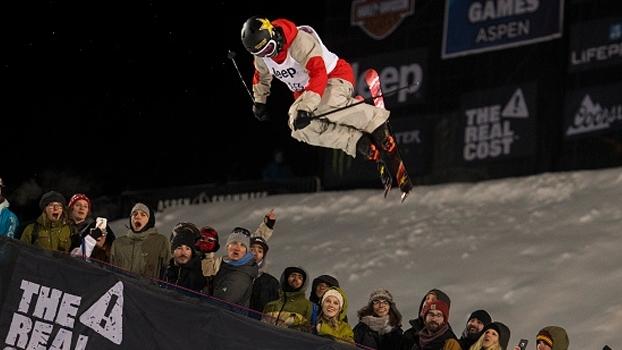 Aaron Blunck brilha e conquista ouro no Ski SuperPipe extremamente congelado dos X Games Aspen