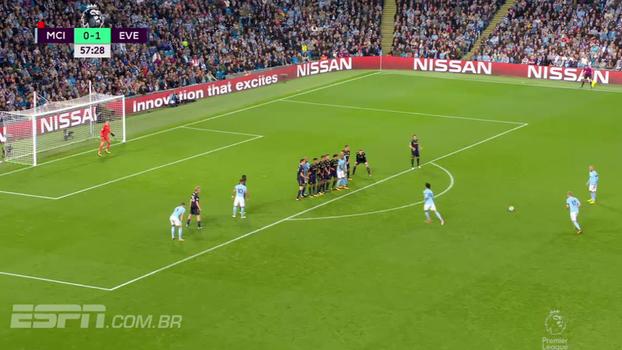 Tempo real: De Bruyne tem falta frontal para cobrar, mas pega mal na bola e acerta a barreira