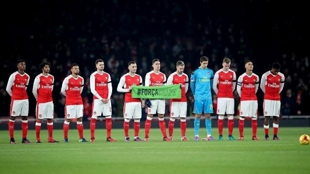 Arsenal e Southampton respeitam minuto de silêncio absoluto em homenagem à Chape