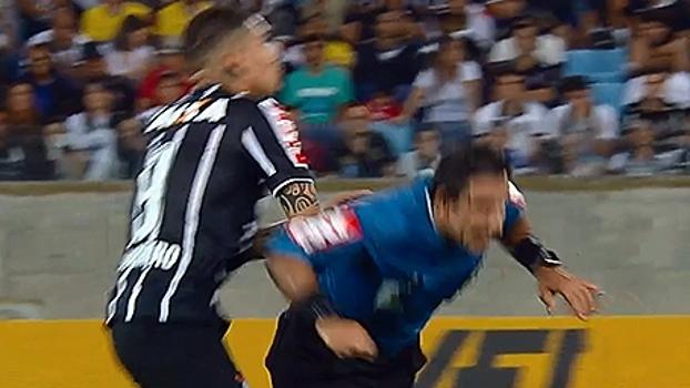À la Petros? Guerrero dá trombada em árbitro, que cai e reclama