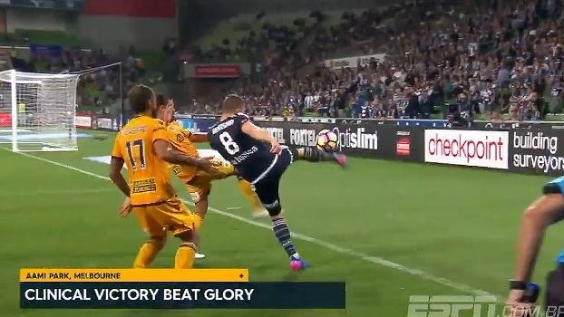 Sem deixar cair! Na Austrália, jogador cruza com habilidade para atacante marcar um golaço