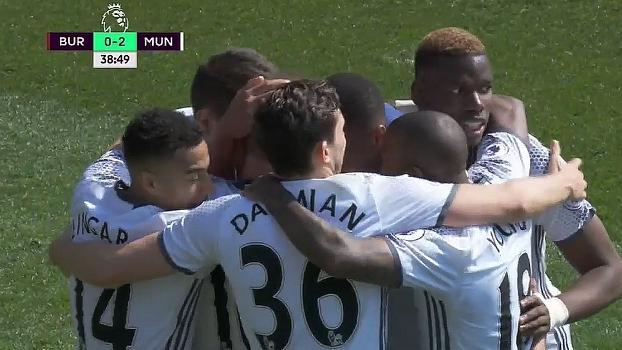 GOL do United! Rooney pega sobra em defesa de Heaton, faz o toque entre as canetas do marcador e amp