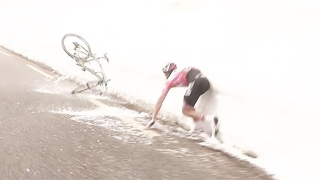 Capotou! Líder do Giro d'Itália erra curva e leva tombo fenomenal