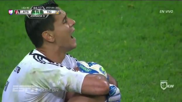 CENAS FORTES: No México, goleiro argentino tem lesão assustadora no joelho e grita de dor