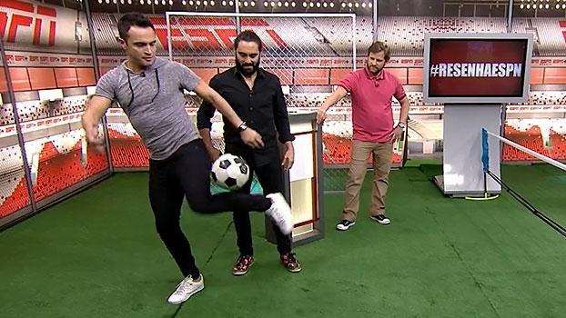 Lambreta, embaixadinhas e até elástico com o joelho; Falcão dá show no 'Resenha ESPN'