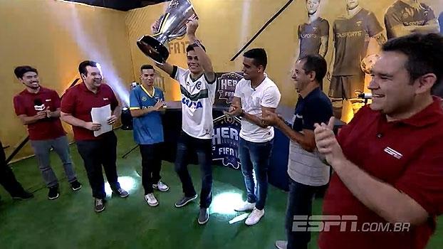 Das mãos de Wendell Lira, Lucas Tabata recebe troféu do FIFA 17 Hero League