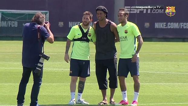 O bom filho a casa torna! Ronaldinho Gaúcho aparece de surpresa no treino do Barça