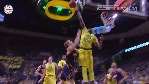 Aqui não! No basquete universitário, jogador dá toco sensacional e leva adversário ao chão