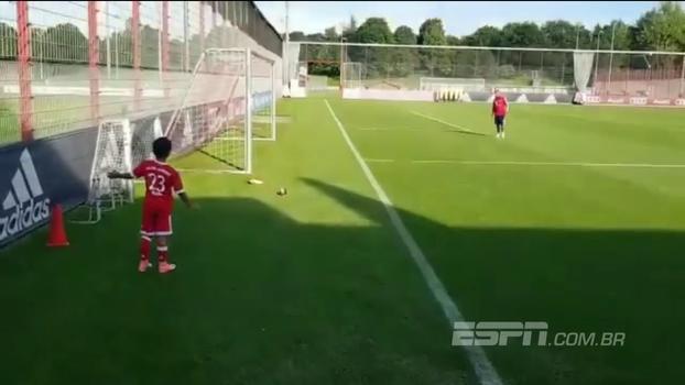 Filho de Vidal faz 'mini gol olímpico' após treino no Bayern