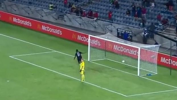 Na África do Sul, goleiro finlandês do time satélite do Ajax sofre gol contra bizarro