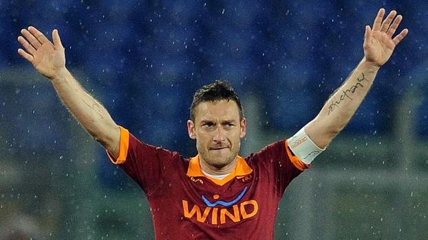 Cogitado na seleção, Totti marca gol histórico e acerta incrível passe de costas; veja o clipe