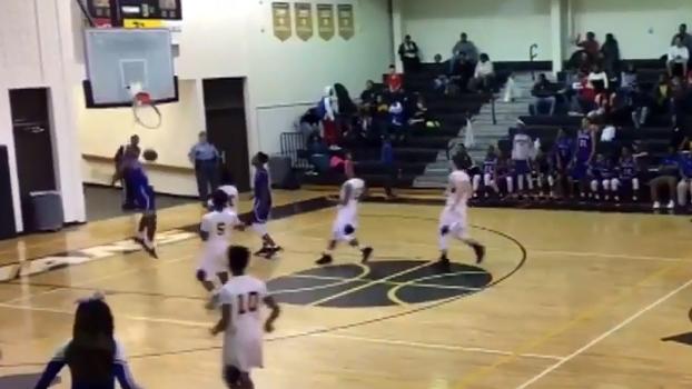 Garoto dá enterrada absurda e arrebenta tabela no basquete colegial
