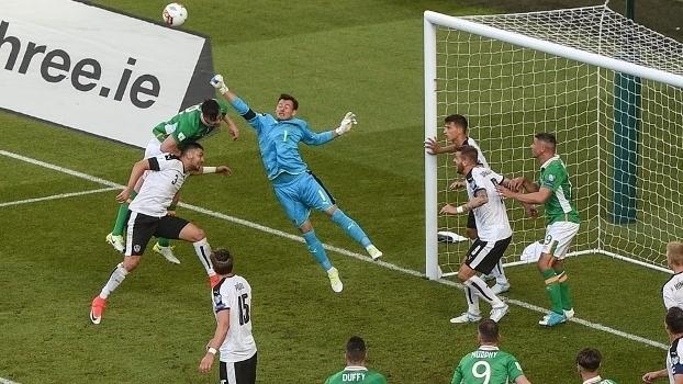 Zaga vacila, Irlanda empata com Áustria e assume liderança provisória do Grupo D