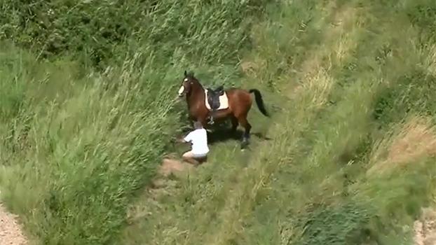 Que baile! Helicóptero do Tour de France flagra homem sendo derrubado por um cavalo