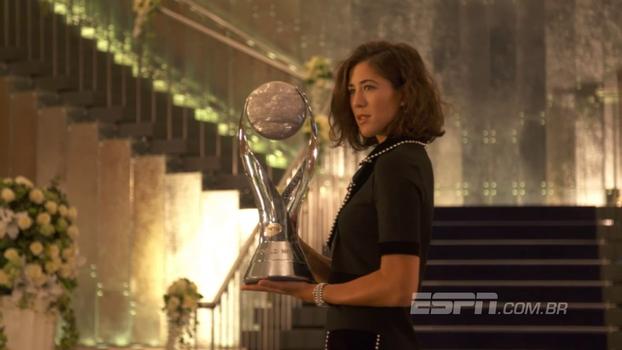 Muguruza, número 1 do mundo, posa com troféu que celebra a liderança no ranking da WTA; veja