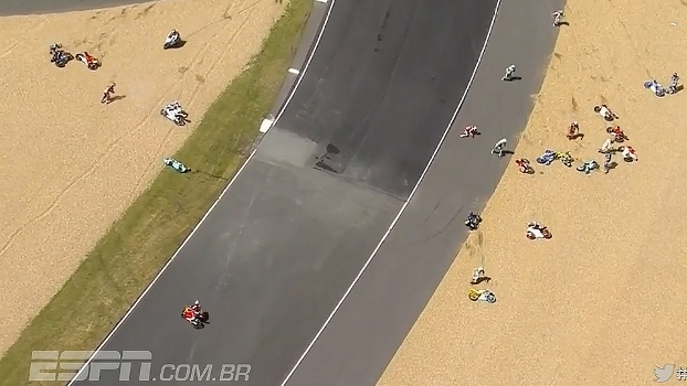 Óleo na pista causa acidente e dezessete pilotos caem em sequência na Moto3