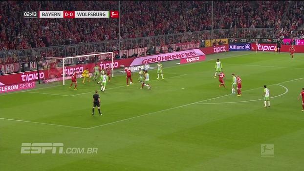 Tempo real: De cabeça, Vidal leva perigo ao gol do Wolfsburg após cobrança de escanteio