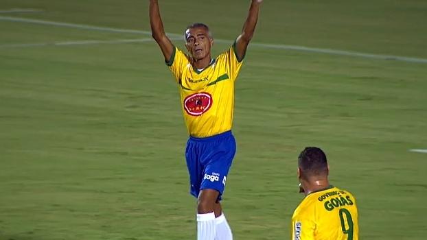 Em amistoso beneficente, Romário faz 2 gols e comanda vitória sobre Amigos de Alex Dias