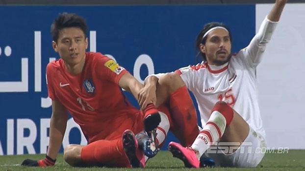 Como assim? Jogadores de Coréia do Sul e Síria se enroscam pelos cadarços e ficam no chão