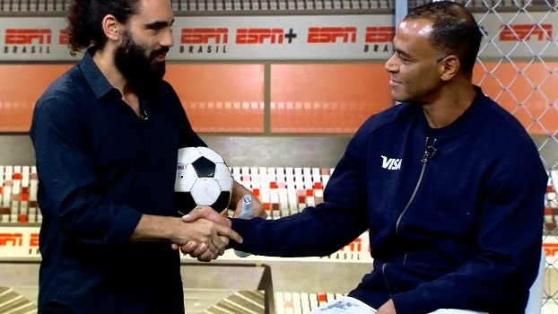 Cafu afirma que a taça da Copa voltará ao Brasil em 2018 e fecha aposta com Sorin