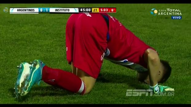 Que dia! Goleiro do Argentinos Jr faz defesaça e também rompe ligamentos do joelho na mesma partida