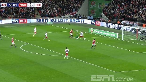 Ibrahimovic fica cara a cara com Forster, tenta chute para o gol, mas goleiro salva