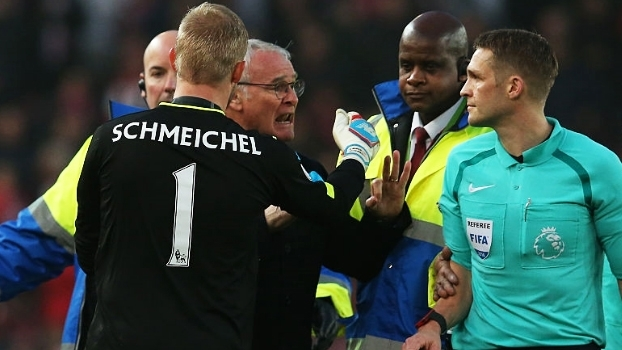 Irritadíssimo, Ranieri parte para cima de árbitro e é contido por Schmeichel
