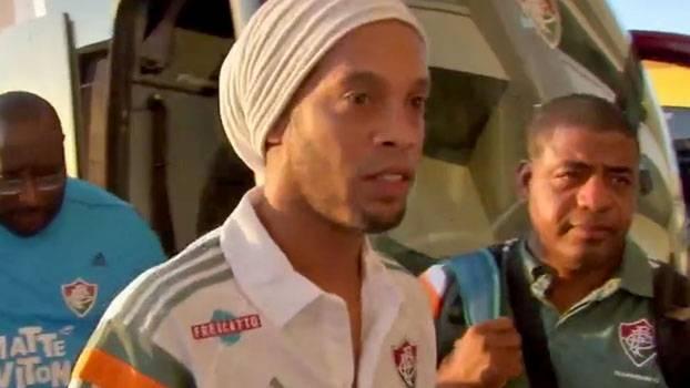 02863ccb55 Gritos e euforia  veja a chegada de Ronaldinho para estreia pelo Fluminense