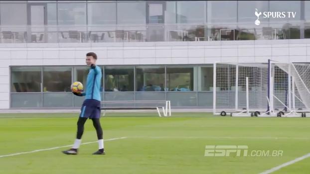 Tirou onda! Dele Alli se arrisca de goleiro no treino do Tottenham e surpreende com defesas inusitadas