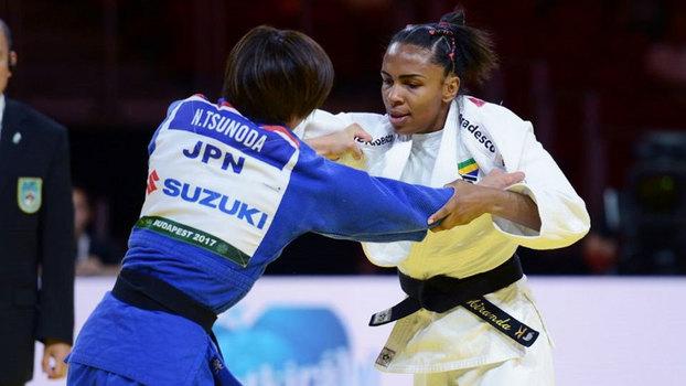 Érika Miranda leva bronze no Mundial de judô, e Sarah Menezes perde nas oitavas; assista