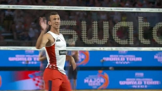Jogador da Internazionale, Perisic se arrisca no vôlei de praia durante as férias
