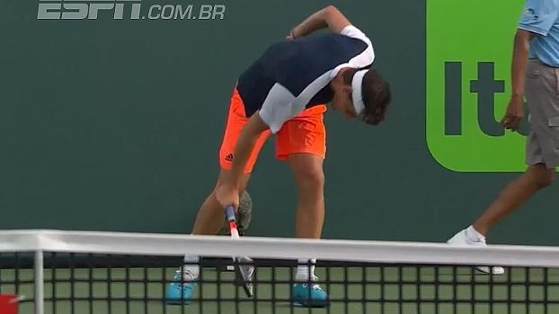 Outra vez! Dominic Thiem se irrita de novo e quebra raquete após erro