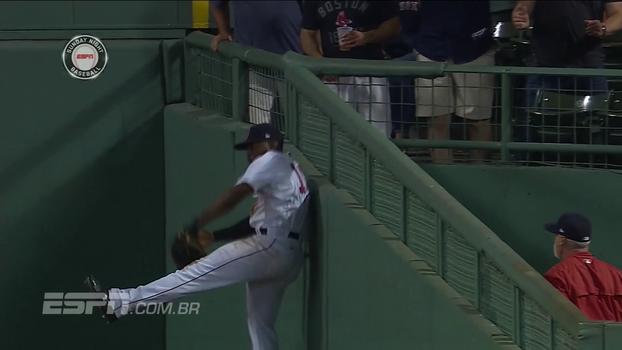 Espetacular! Jogador dos Red Sox faz defesa sensacional, e Everaldo Marques grita: 'Você é ridículo'