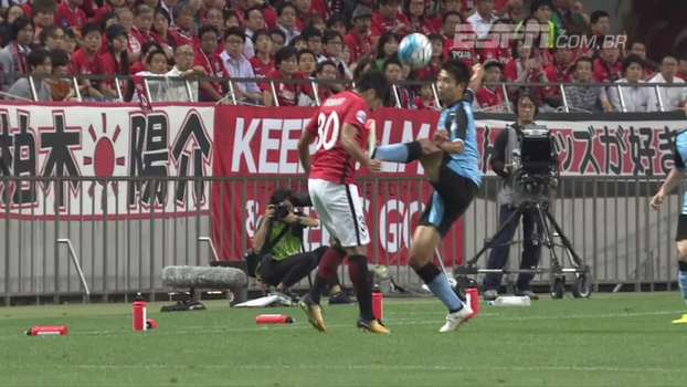 Futebol ou taekwondo? Na Champions da Ásia, jogador dá chute digno de faixa preta e leva vermelho direto