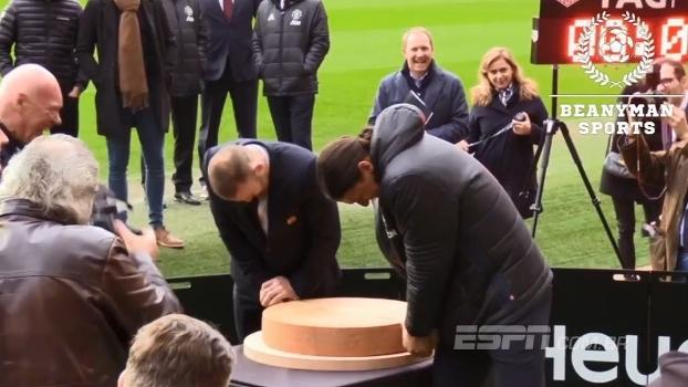 Rooney e Ibrahimovic passam apuros para cortar queijo em evento de marketing do Manchester