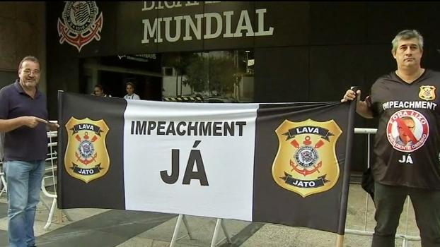 Torcedores do Corinthians protestam antes de votação por impeachment; veja